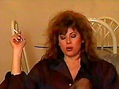 Classique de de Brunette fumeur individuels