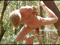 Jeune homme blond se attaché , les yeux bandés