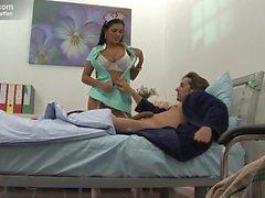 Thai Krankenschwester bumst Hasta im Bett