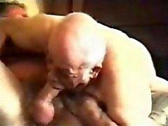 Старый геев дед сосет зрелого мужчину .