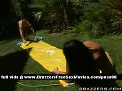 Sexy jeune salope brune nue extérieur près d'un bassin obtient son cul huileuse fingered