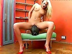 Bitchy blondin i höga klackar runkar hennes slavar boner