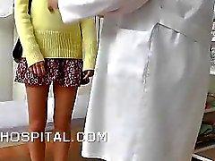 Skinny l'étudiante un examen physique sur Video Spy