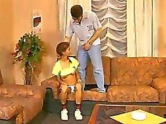 Imbarazzante pelose Twatted Panty Teenager ottiene scopato