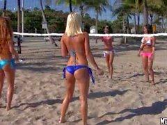 Molly Cavalli tarafından oynayan seksi kız ile Beach Voleybol Tenis kortu