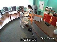 Doktor Recepcionists masanın üstüne Hastaya sikikleri