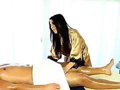 Гидромассажная массажистка дает головку