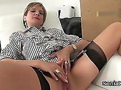 Неверная в Великобритании зрелая дама Сония мелькает ее большие бакланов