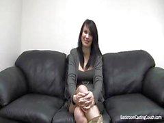 Bandelettes brunette enceinte et récupère POV style baiser par la directrice de casting