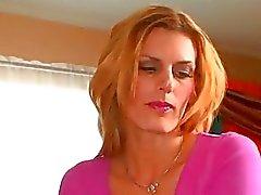 Mel loira Kinky leva dois galos pretos ao mesmo tempo