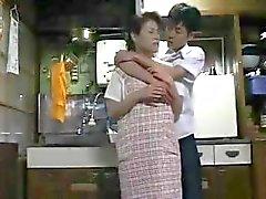 Japanse huisvrouw krijgt geil en krijgt wat aandacht van haar man