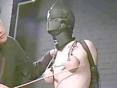 maskierten Sklaven foltern und gepackten