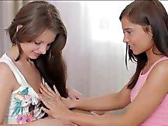 Two adolescencia del encanto de Liona y Mónica frotar cada otros de clítoris