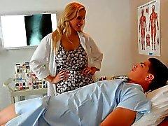 Ragazzo dai capelli biondo dottore milfy impilate Julia Ann ama il paziente di