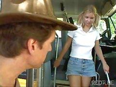 Oublié de l'étudiante à la recherche d' une randonnée puissent être pris en et baise pour dans le bus