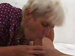 Büyükanne derin genç bir horoz tarafından becerdin alır