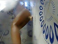 Hämmästyttävää MILF käytetään seinämän dildo suihkulla