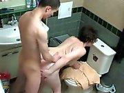 Mamma und Junge in Dusche