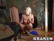 Makea MILF musta siivet on kotitekoinen BDSM video