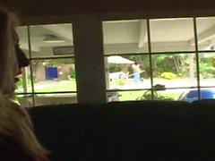 blond Curvy séduit nettoyeur de piscine à la défoncer par la piscine