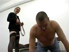 Hänsynslös Sexigt blont Femdom sekreteraren i höga klackar