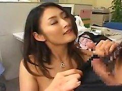 nena asiática en medias de red recibe un golpe perrito y
