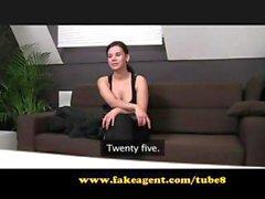 Brunetta Neoarrivato tratta sul divano casting e lecca il suo sperma