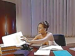 het helpen van haar baas