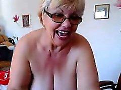 Del grasso Nonne mostra le sue tette