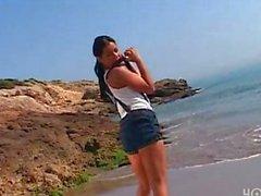 Sahilde güzel kız