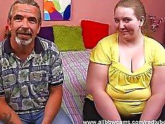 Fat emättimen blondi nielee penis mehu