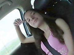 Da menina adolescente triguenha córnea Anita B perfurados no banco traseiro