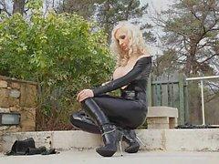 Blonde Babe latex vêtements à la piscine 02