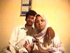 Pakistaanse Punjabi krijgt zijn rondborstige schoonmoeder en neukt haar