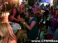 Amateure CFNM Partei Babes saugt Abstreifers Schwanz