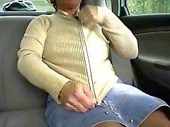 Rousse - BBW- mamie Outdoors dans une voiture en 2 mecs