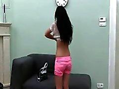 Kuuma teini kiusoittelevaan in pink Alusasut