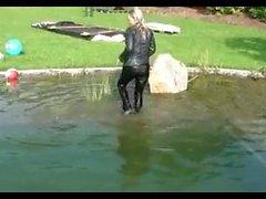 filles allemandes vêtements entièrement natation. Films d'amusement de l'eau