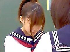 2 Koulutytöt Kissing silittäminen kun seisooClassroo