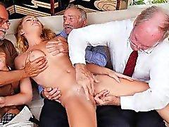 Blond tonåring Raylin Ann ta på tre gamla Män At Once