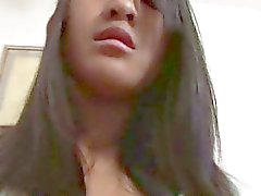 Tyttö Thaimaasta hankaustapainiketta