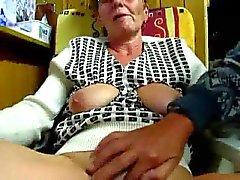 Papy masturbates son épouse de doigts