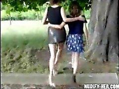 Kahden sluts masturboida yleisillä , kadulla , puistossa Ranskan !