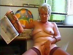 Granny in Meias Reproduz na Cozinha