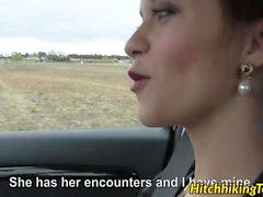 Babe bonito Lea Guerlin monta o galo grande no backseat