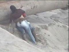 Latino par fångad på stranden