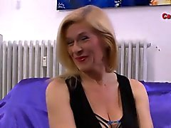 Facialized Euro Milf schluckt Sperma