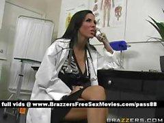 Ofisinde amatör busty esmer doktor