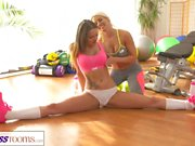 Habitaciones Fitness Fit grandes tetas chicas lesbianas tienen sexo caliente y sudorosa