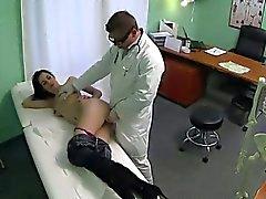 Tetas pequeñas Arregladas brunette MILF se deja tomar por del doctor